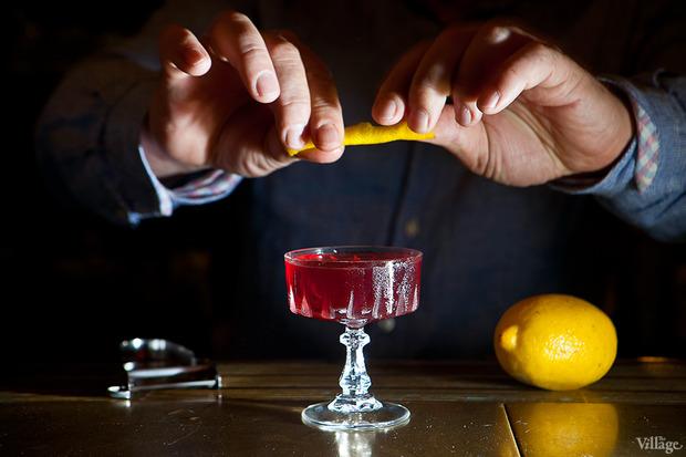 Скрутив цедру, сбрызнуть коктейль эфирными маслами. Изображение № 37.