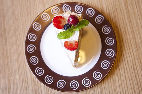 Нежный бисквитный торт с фундуком и карамельным соусом. Изображение № 15.
