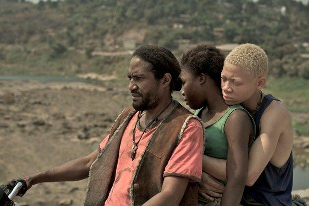 «Ведьма войны», канадская драма о любви подростков на фоне повстанческих войн в Африке. Изображение № 1.