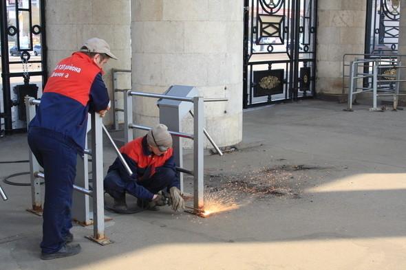 Демонтаж входных турникетов в парке Горького, 28 апреля 2011 . Изображение № 3.