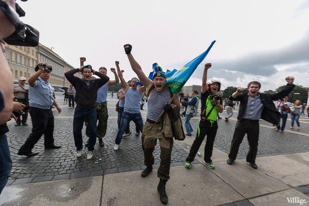 Фото дня: Десантники пытались избить гей-активиста на Дворцовой. Изображение № 14.