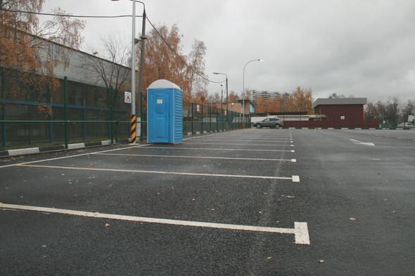 В сторожках контролеров есть туалеты, а эта синяя кабинка предназначена для автовладельцев.. Изображение № 12.