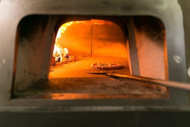 Тестоблюстители: Кто икак делает неаполитанскую пиццу вПетербурге. Изображение № 6.