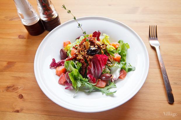Зелёный салат с копчёным лососем, оливками и хрустящим луком — 224 рубля. Изображение №27.