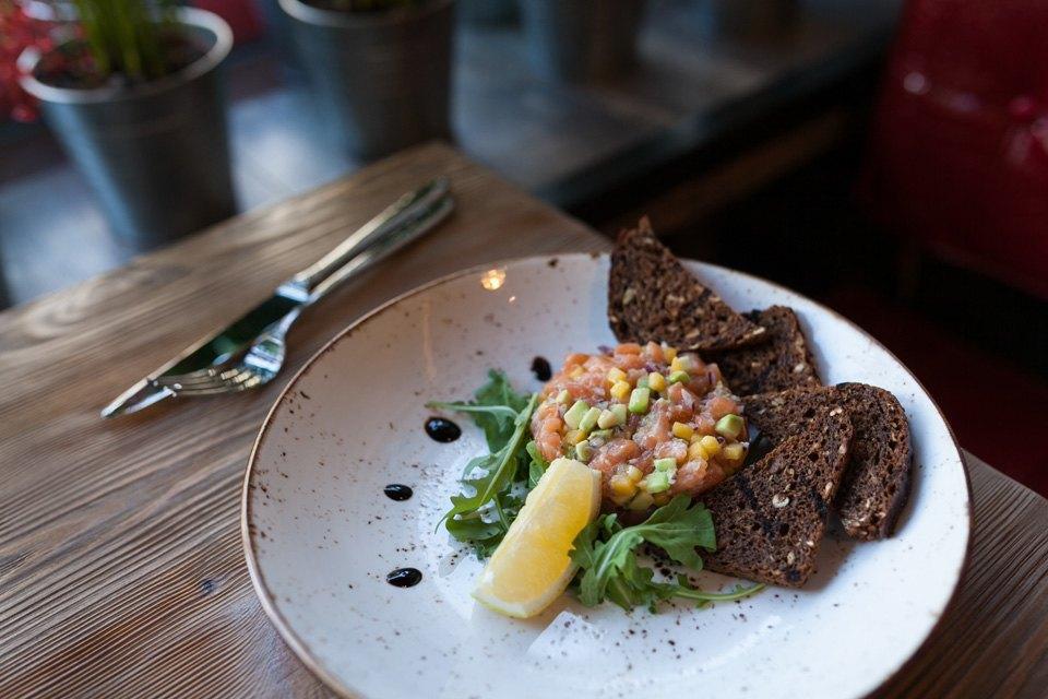 Тартар из норвежского лосося с ржаными тостами — 220 рублей. Изображение № 13.