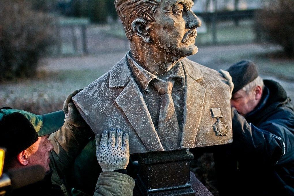 Демонтаж памятников на  «Аллее славы» в «Музеоне» / Антон Голощапов. Изображение № 24.