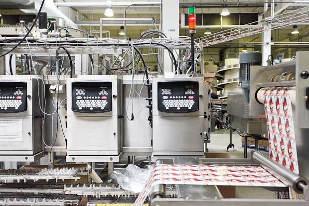 Фоторепортаж: Как делают йогурты на молочном заводе. Изображение № 44.