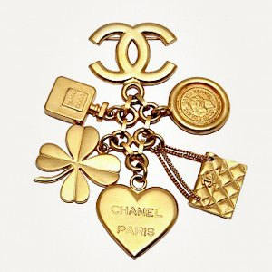 Брошь Chanel, кроссовки New Balance, юбка Jacquemus. Изображение № 7.