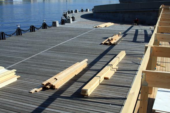 Изображение 3. В парке Горького начали строить деревянный пляж.. Изображение № 5.