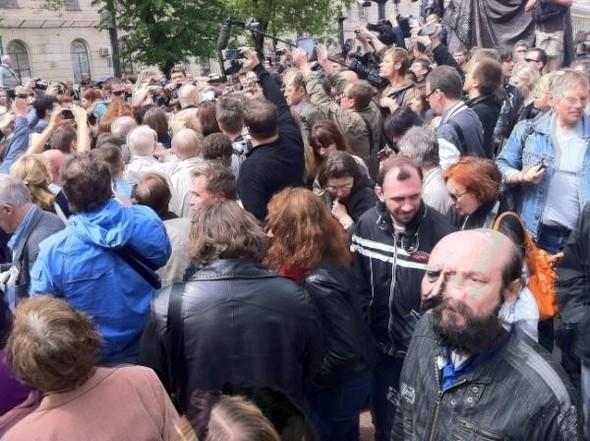 Литераторы и больше десяти тысяч их читателей прогулялись по московским бульварам. Изображение № 2.