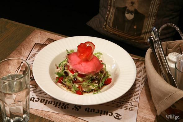 Салат-торт из свежего тунца, томатов и сочных листьев в заправке из соуса с травами — 380 рублей. Изображение № 20.