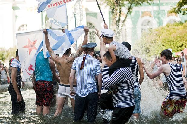 Купание в фонтане в Александровском саду в День ВМФ — 2012. Изображение №1.