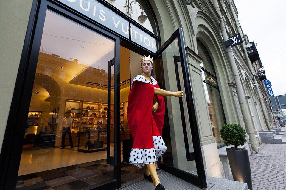 Активист Гринпис пикетирует у бутика Louis Vuitton. Изображение № 4.