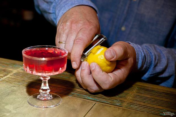 Срезать тонкий слой лимонной цедры. Изображение № 36.