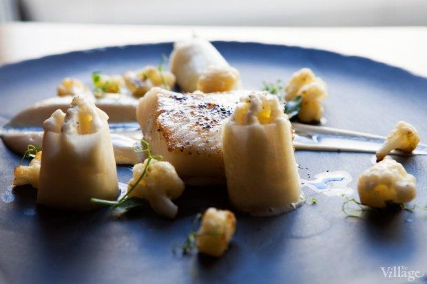 Филе палтуса с муссом из адыгейского сыра, порея и соусом из цветной капусты  — 740 рублей. Изображение № 30.