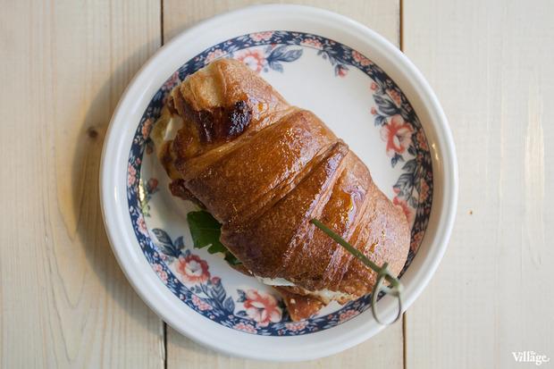Сэндвич в круассане с моцареллой и вялеными томатами — 87 рублей. Изображение №22.