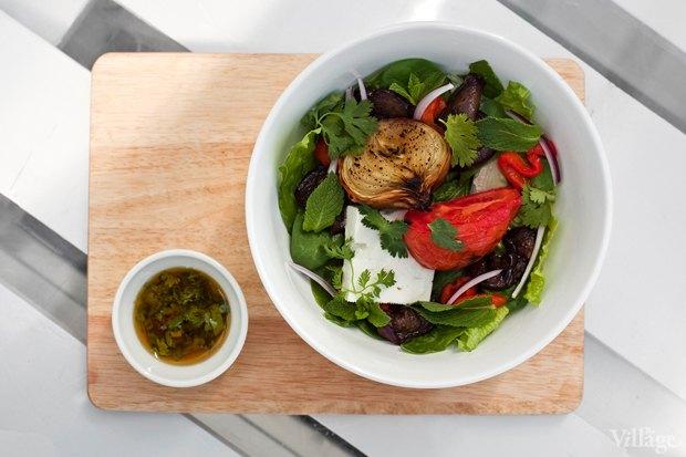 Большой салат с печёными овощами и брынзой — 340 рублей. Изображение № 22.