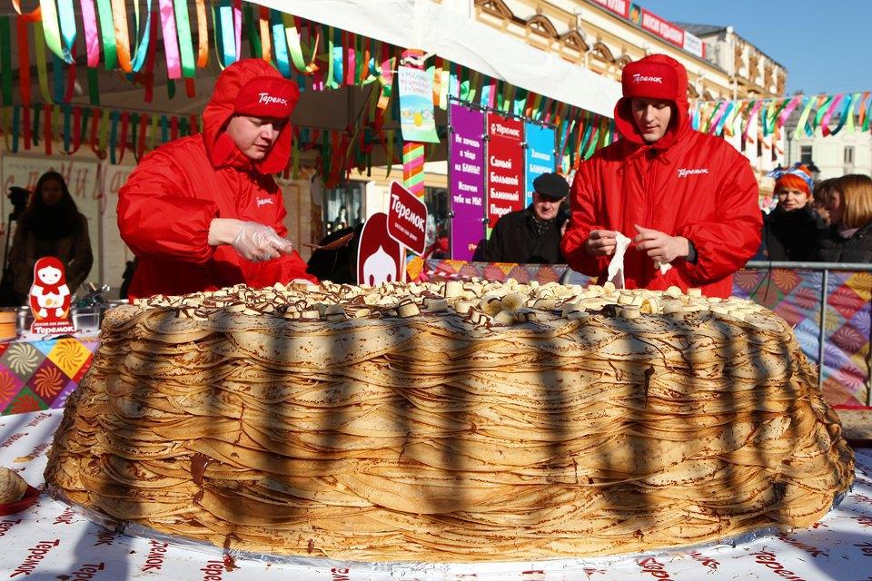 Огромный блинный пирог наплощади уЦУМа. Изображение № 3.