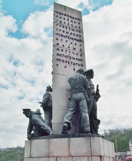 На Почтовой площади демонтировали памятник морякам-освободителям. Зображення № 2.
