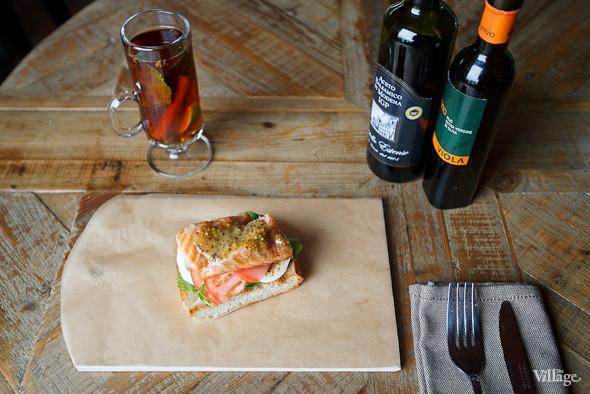 Сэндвич с тёплым лососем и авокадо — 290 рублей. Изображение № 34.
