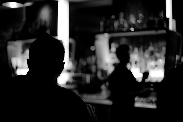 Парень у барной стойки фото фото 806-303
