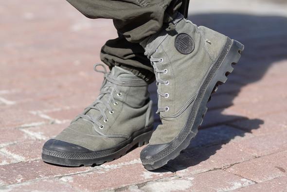 На Рудольфе штаны Carhartt, обувь Palladium, водолазка Uniqlo, кевларовые перчатки. Рудольф катается на велосипеде по всему городу. . Изображение № 4.