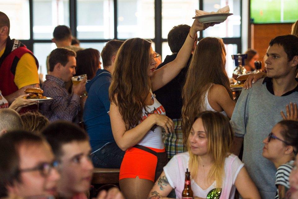 Полуголая правда: Как откровенно одетые официантки работают вмужском баре. Изображение № 13.