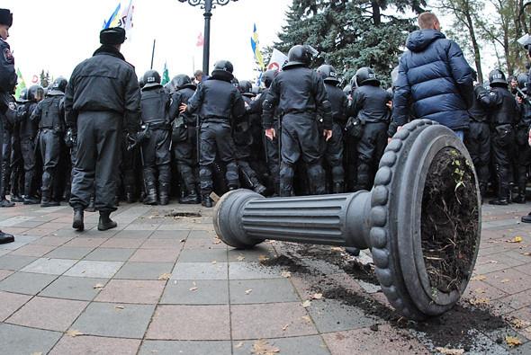 В результате столкновения между пикетчиками и милицией также пострадала чугунная клумба. Изображение № 22.