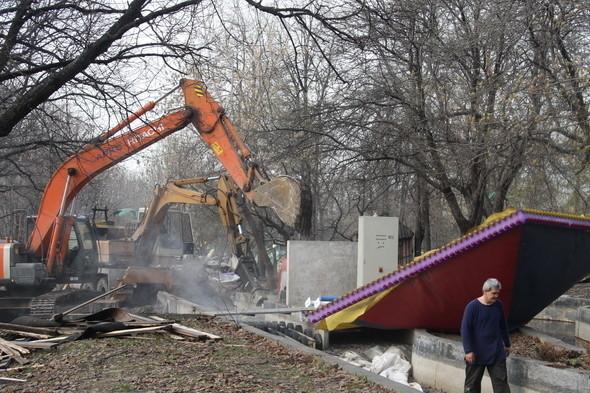 Демонтаж в парке им. Горького, 28 апреля 2011 . Изображение № 14.