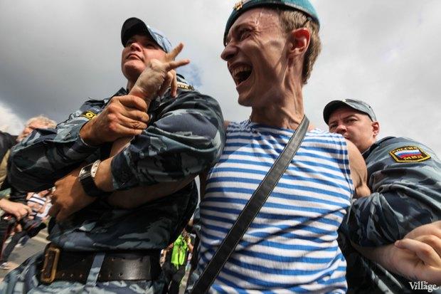 Фото дня: Десантники пытались избить гей-активиста на Дворцовой. Изображение № 7.