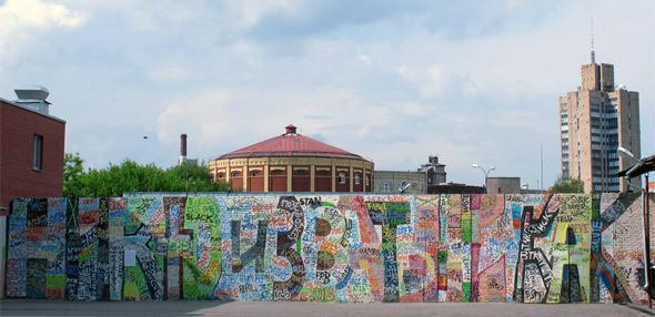 Проект «Стена», июнь —первая работа. Игорь: «Первую работу сделал Кирилл Кто. Она была обращена к участникам сообщества граффити, которые пишут везде свои имена. В ней была отражена бессмысленность и бесполезность этой системы».. Изображение № 43.