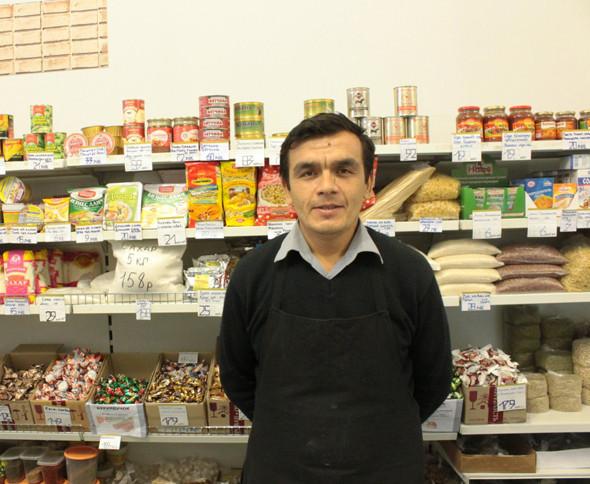 Абдулазиз знает узбекский и киргизский и почти без акцента говорит по-русски. Изображение № 12.