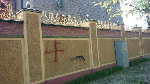 Ограду петербургского дацана испортили нацистскими надписями. Изображение № 2.