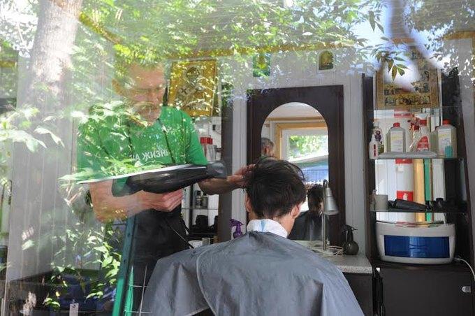 В центре Москвы открылась парикмахерская для бездомных. Изображение № 1.