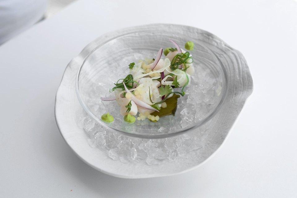 Маринованный в цитрусах морской гребешок с муссом из копчёного авокадо — 790 рублей. Изображение № 13.