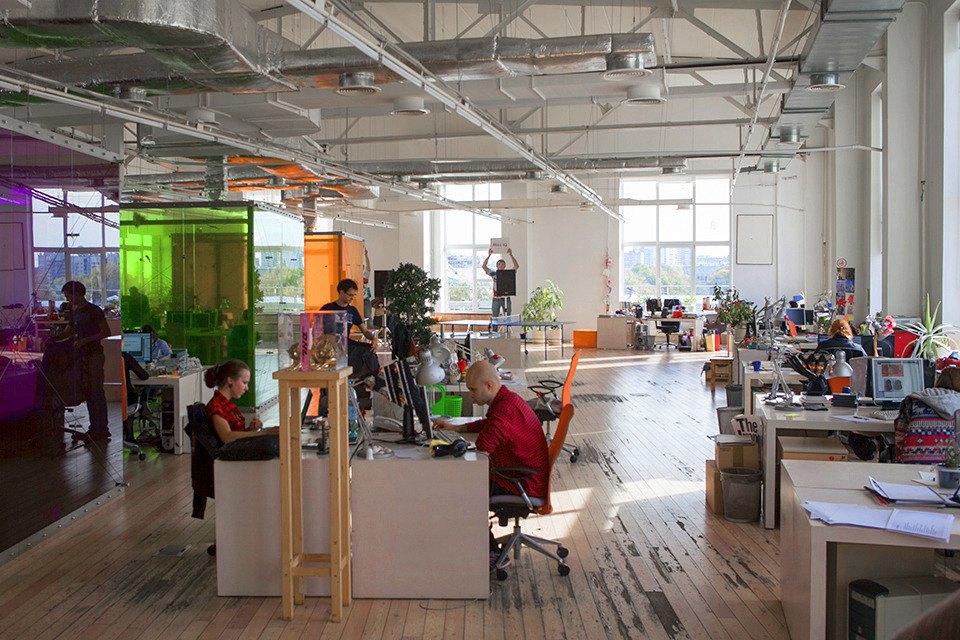 В центре офиса стоят три разноцветных куба —переговорные комнаты. Изображение № 1.