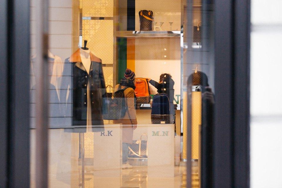 Как вдорогих бутиках реагируют напросто одетых людей