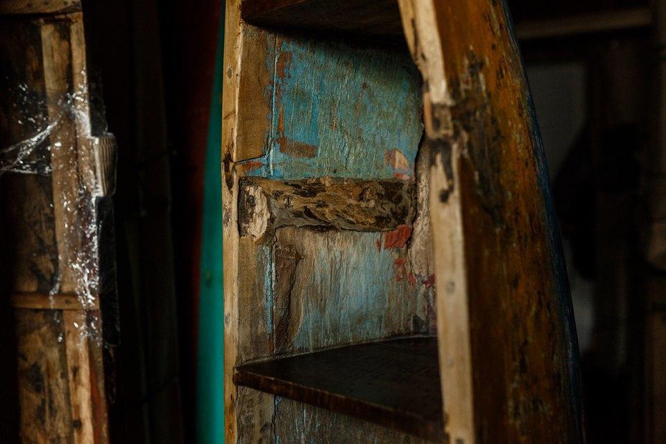 Перед тем, как превратиться в мебель, лодка служит рыбакам, которые время от времени её перекрашивают. Изображение № 2.