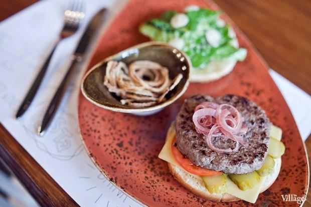 Бургер с сыром чеддер и домашним соусом — 350 рублей. Изображение № 22.