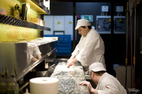 За работой пиццайоло в Barmalini можно наблюдать, сидя за любым из столиков: кухня в пиццерии сделана открытой. Изображение № 2.