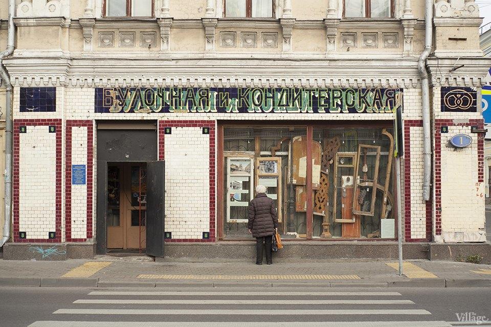 Фото дня: Как отреставрировали историческую вывеску булочной наПокровке. Изображение № 2.