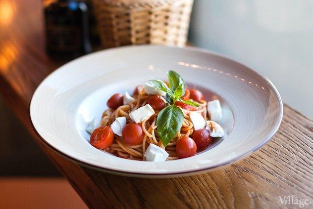 Спагетти с помидорами черри и буйволиной моцареллой — 350 рублей. Изображение № 21.