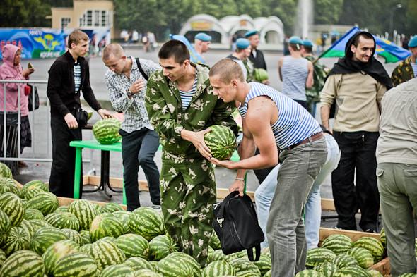 20 тонн бесплатных арбузов на праздник.. Изображение № 34.