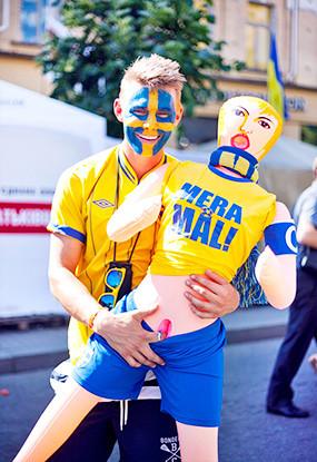 Жёлто-голубые: Самые яркие фанаты сборных Украины и Швеции. Изображение № 5.