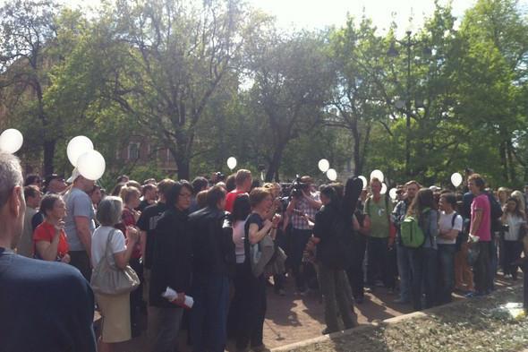 В воскресенье в Петербурге гуляли 500 человек, в понедельник закрывают Исаакиевскую. Изображение № 3.
