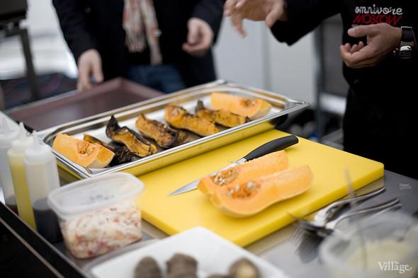 Заготовку запеченной тыквы шеф-повар сделал заранее, потому что готовиться в печи она должна целый час. Изображение № 7.
