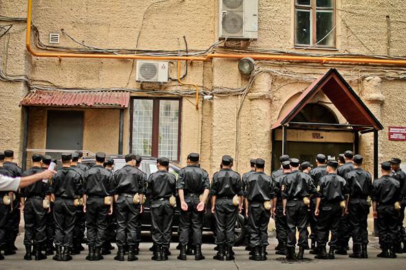 В одном из ближайших дворов прячутся солдатывнутренних войск.. Изображение № 15.