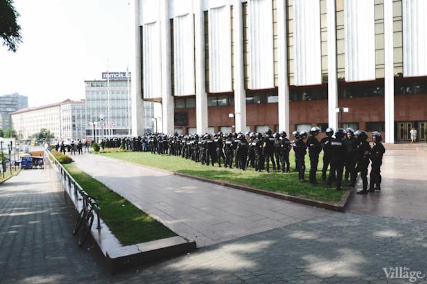 Проход к скверу, расположенному за «Украинским домом», перекрыт. Изображение № 6.