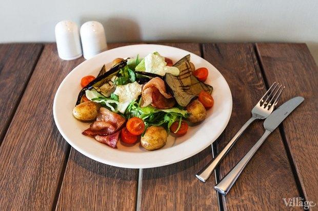 Тёплый салат с бейби картофелем, овощами гриль и беконом — 160 рублей. Изображение № 11.
