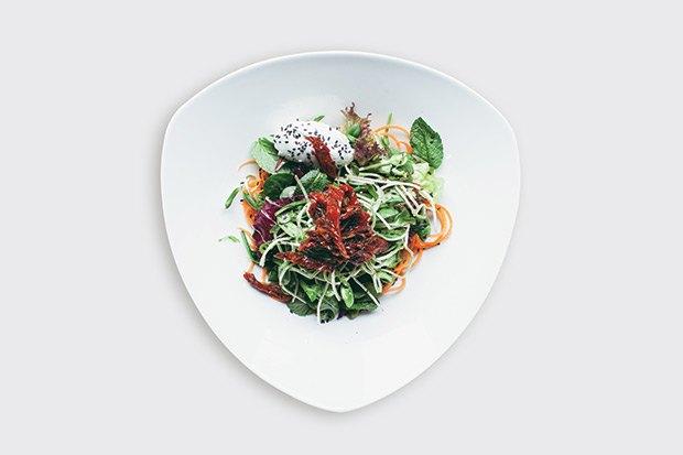 Салат с козьим сыром и вялеными томатами — 450 рублей. Изображение №2.